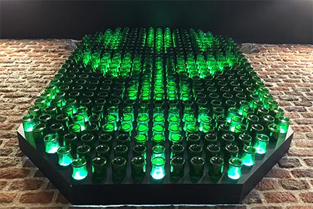 BIGPRINTS_Decoracion-mascara-creada-con-botellas-de-vidrio-retroiluminadas-restaurante-Ole-Mole-en-Madrid