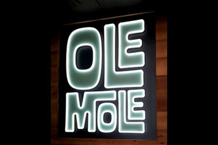 BIGPRINTS_Decoracion-restaurante-Ole-Mole-corporeo-neon-simulado