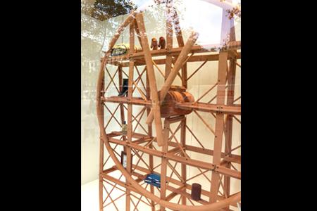 BIGPRINTS_INSTORE-realiza-la-instalacion-de-la-obra-Hermes-Clock-Xavi-Manosa