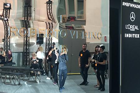 BIGPRINTS_Instalacion-pasarela-Roberto-Verino-metacrilato-espejo