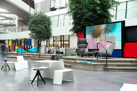 BIGPRINTS_Interior-design-diferentes-elementos-mesas-asientos-Adidas-Valley