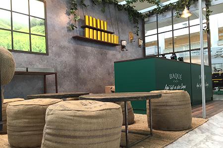 BIGPRINTS_Produccion-instalacion-stand-trasera-retroiluminada-Cafe-Baque