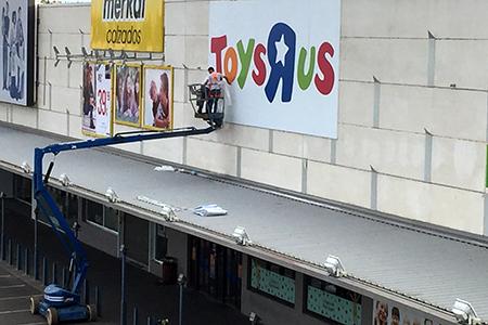 BIGPRINTS_Rotulacion-e-instalacion-en-altura-para-punto-de-venta-Toys-R-Us