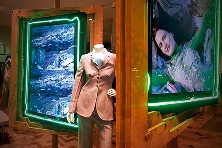 BIGPRINTS_Stella-maccarney-pantallas-sobre-marcos-de-acero-y-decoracion-con-neon