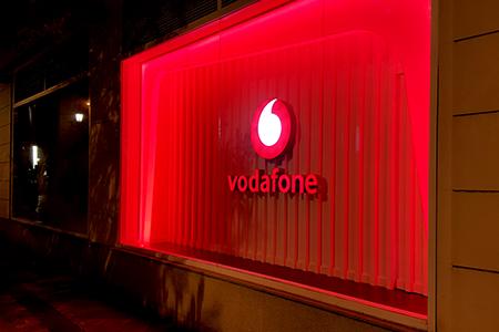 BIGPRINTS_cambio-de-identidad-visual-en-sedes-y-tiendas-Vodafone