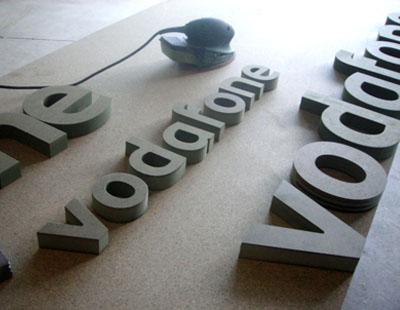 Rotulos y luminosos en madrid letras corporeas para vodafone - Fabricacion letras corporeas ...