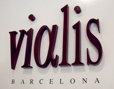 new arrival 7c897 b8691 Letras corporeas fabricadas en PVC para marca Vialis Barcelona